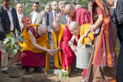 Его Святейшество Далай-лама в парке Неру вместе с другими буддийскими лидерами высаживает отросток, взятый от дерева Бодхи. Нью-Дели, Индия. 30 ноября 2011. Фото: Тензин Чойджор (Офис ЕСДЛ)