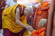 Его Святейшество Далай-лама почтительно приветствует сангхараджу Лаоса во время торжественной церемонии высаживания деревьев в парке Неру. Нью-Дели, Индия. 30 ноября 2011. Фото: Тензин Чойджор (Офис ЕСДЛ)