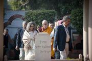 """Его Святейшество Далай-лама направляется к """"Монументу мученику"""", установленному в том месте, где был убит Махатма Ганди. Ганди Смрити, Нью-Дели, Индия. 30 ноября 2011. Фото: Тензин Чойджор (Офис ЕСДЛ)"""