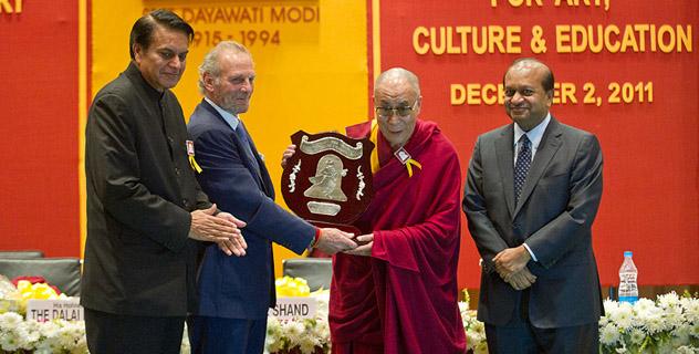 Далай-ламе вручили премию имени Дайавати Моди