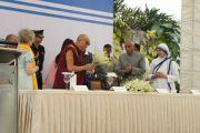 Перед началом торжественного празднования столетия со дня рождения матери Терезы Его Святейшеству Далай-ламе поднесли цветы. Калькутта, Индия. 1 декабря 2011. Фото: Тензин Такла (Офис ЕСДЛ)