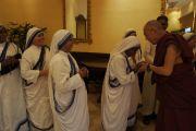 """Сестры ордена """"Миссионеры милосердия"""" приветствуют Его Святейшество Далай-ламу. Калькутта, Индия. 1 декабря 2011. Фото: Тензин Такла (Офис ЕСДЛ)"""