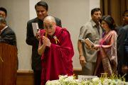 Его Святейшество Далай-лама на церемонии  вручения премии имени Дайавати Моди. Нью-Дели, Индия. 2 декабря 2011. Фото: Тензин Чойджор (Офис ЕСДЛ)