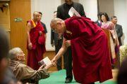 Его Святейшество Далай-лама приветствует гостей церемонии  вручения премии имени Дайавати Моди. Нью-Дели, Индия. 2 декабря 2011. Фото: Тензин Чойджор (Офис ЕСДЛ)