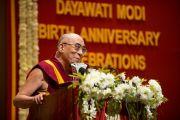 Его Святейшество Далай-лама выступает с ответной речью на церемонии вручения премии имени Дайавати Моди. Нью-Дели, Индия. 2 декабря 2011. Фото: Тензин Чойджор (Офис ЕСДЛ)