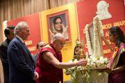 Его Святейшество Далай-лама зажигает светильник на открытии торжественной церемонии вручения премии имени Дайавати Моди. Нью-Дели, Индия. 2 декабря 2011. Фото: Тензин Чойджор (Офис ЕСДЛ)