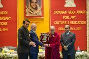 Фонд имени Дайавати Моди торжественно вручил Его Святейшеству Далай-ламе 250 тысяч индийских рупий, серебряный знак и почетную грамоту. Нью-Дели, Индия. 2 декабря 2011. Фото: Тензин Чойджор (Офис ЕСДЛ)