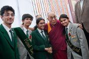 Его Святейшество Далай-лама с лушчими учениками школы  школы для детей из неблагополучных семей Шикша Кендра. Нью-Дели, Индия. 3 декабря 2011. Фото: Тензин Чойджор (Офис ЕСДЛ)