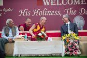 Его Святейшество Далай-лама во время посещения  школы для детей из неблагополучных семей Шикша Кендра. Нью-Дели, Индия. 3 декабря 2011. Фото: Тензин Чойджор (Офис ЕСДЛ)