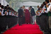 Ученики встречают Его Святейшество Далай-ламу во время его посещения школы Шикша Кендра для детей из неблагополучных семей. Нью-Дели, Индия. 3 декабря 2011. Фото: Тензин Чойджор (Офис ЕСДЛ)