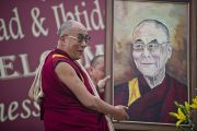 Его Святейшество Далай-лама любуется своим портретом, который написали учащиеся художественного отделения  школы для детей из неблагополучных семей Шикша Кендра. Нью-Дели, Индия. 3 декабря 2011. Фото: Тензин Чойджор (Офис ЕСДЛ)
