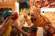Традиционные подношения Его Святейшеству Далай-ламе в начале первого дня учений в монастыре Гьюдмед. Индия, штат Карнатака. 6 декабря 2011. Фото Игоря Янчеглова