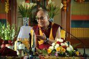 Его Святейшество Далай-лама во время встречи с группой тибетских религиозных лидеров во время визита в монастырь Гьюдмед. Индия, штат Карнатака. 7 декабря 2011. Фото Игоря Янчеглова