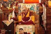 Его Святейшество Далай-лама наблюдает за философским диспутом в монастыре Гьюдмед. Индия, штат Карнатака. 5 декабря 2011. Фото Игоря Янчеглова