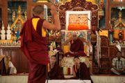 Монахи монастыря Гьюдмед демонстрируют Его Святейшеству Далай-ламе свое искусство ведения философского диспута. Индия, штат Карнатака. 5 декабря 2011. Фото Игоря Янчеглова
