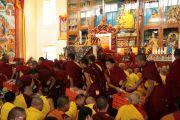 На учениях Его Святейшества Далай-ламы в монастыре Гьюдмед. Монахи раздают хлеб и чай слушателям. Индия, штат Карнатака. 6 декабря 2011. Фото Игоря Янчеглова