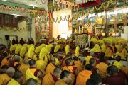 Большой молитвенный зал в монастыре Гьюдмед во время молебна о долголетии Его Святейшества Далай-ламы. Индия, штат Карнатака. 7 декабря 2011. Фото Игоря Янчеглова