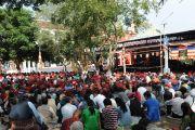 Послушать учения Его Святейшества Далай-лама в монастыре Гьюдмед собрались несколько тысяч человек. Они наблюдали за происходящим большом молитвенном зале на экранах, размещенных во дворе монастыря. Индия, штат Карнатака. 6 декабря 2011. Фото Игоря Янчеглова