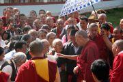 Его Святейшество Далай-лама приветствует своих последователей в монастыре Гьюдмед. Индия, штат Карнатака. 7 декабря 2011. Фото Игоря Янчеглова