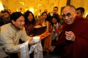 Его Святейшество Далай-лама принимает традиционные подношения от представителей тибетского сообщества в Праге 10 декабря 2011. Фото: Ondrej Besperat