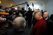 Его Святейшество Далай-лама отвечает на вопросы журналистов после встречи с Вацлавом Гавелом в Праге 10 декабря 2011. Фото: Ondrej Besperat