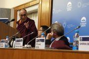 Его Святейшество Далай-лама выступает на конференции «Демократия и права человека в Азии: пустое кресло в Осло год спустя» в Карловом университете. Прага, Чехия. 11 декабря 2011. Фото: Тензин Такла (Офис ЕСДЛ)