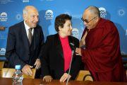 Его Святейшество Далай-лама, нобелевский лауреат Ширин Эбади и соавтор Всемирной декларации прав человека Стефан Эссель на конференции в Праге. 11 декабря 2011. Фото: Ondrej Besperat