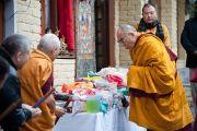 Далай-лама благословляет религиозные объекты по пути в главный храм. 21 декабря 2011. Дхарамсала, Индия. Фото: Тензин Чойджор, Офис ЕСДЛ