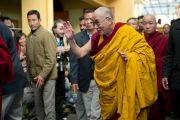 Его Святейшество Далай-лама приветствует паломников по пути в главный храм. 21 декабря 2011. Дхарамсала, Индия. Фото: Тензин Чойджор, Офис ЕСДЛ