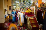 Его Святейшество Далай-лама завершает молебен перед церемонией присуждения звания почетного професора Тувинского государственного университета. 21 декабря 2011. Дхарамсала, Индия. Фото: Тензин Чойджор, Офис ЕСДЛ