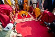Его Святейшество Далай-лама совершает простирания у ступы Махабодхи в Бодхгае, Индия. 31 декабря 2011. Фото: Тензин Чойджор (офис ЕСДЛ)