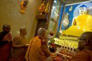 Его Святейшество Далай-лама молится перед статуей Будды в ступе Махабодхи в Бодхгае, Индия. 31 декабря 2011. Фото: Тензин Чойджор (офис ЕСДЛ)