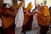 Его Святейшество Далай-ламу приветствуют в тибетском монастыре в Бодхгае, Индия. 31 декабря 2011. Фото: Тензин Чойджор (офис ЕСДЛ)