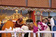 Буддисты из штата Аруначал Прадеш, обратившиеся к Его Святейшеству Далай-ламе с просьбой о даровании посвящения Калачакры в Бодхгае, подходят к его трону за благословением. Бодхгая, Индия. 1 января 2012. Фото: Игорь Янчеглов