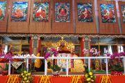 """Его Святейшество Далай-лама читает завершающие молитвы после церемонии """"принятия учеников"""". Бодхгая, Индия. 1 января 2012. Фото: Игорь Янчеглов"""