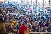 Паломники из гималайских регионов слушают Его Святейшество Далай-ламу в третий день посвящения Калачакры. Бодхгая, Индия. 3 января 2012. Фото: Тензин Чойджор (офис ЕСДЛ)