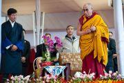 Его Святейшество Далай-лама обращается к тысячам паломников из гималайских регионов, прибывшим на учения по Калачакре. Бодхгая, Индия. 3 января 2012. Фото: Тензин Чойджор (офис ЕСДЛ)