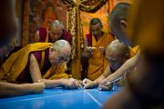 Его Святейшество Далай-лама наносит линии, по которым будет построена мандала Калачакры. Бодхгая, Индия. 2 января 2012. Фото: Тензин Чойджор (офис ЕСДЛ)