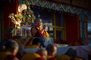 Его Святейшество Далай-лама читает молитвы по завершению первого дня предварительных учений по Калачакре. Бодхгая, Индия. 4 января 2012. Фото: Тензин Чойджор (офис ЕСДЛ)