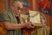 Его Святейшество Далай-лама со статуэткой Махатмы Ганди, вручаемой лауреатам международной премии им. Махатмы Ганди за вклад в дело установления мира и согласия. Бодхгая, Индия. 4 января 2012. Фото: Тензин Чойджор (офис ЕСДЛ)