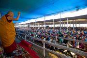 Его Святейшество Далай-лама приветствует западных паломников, приехавших получить посвящение Калачакры. Бодхгая, Индия. 4 января 2012. Фото: Тензин Чойджор (офис ЕСДЛ)