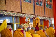Его Святейшество Далай-лама приветствует аудиторию в начале первого дня предварительных учений по Калачакре. Бодхгая, Индия. 4 января 2012. Фото: Тензин Чойджор (офис ЕСДЛ)