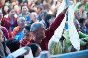 Его Святейшество Далай-лама проводит традиционную перекличку, спрашивая у паломников, кто из какой страны приехал. Бодхгая, Индия. 4 января 2012. Фото: Тензин Чойджор (офис ЕСДЛ)