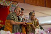 Его Святейшество Далай-лама получает международную премию им. Махатмы Ганди за вклад в дело установления мира и согласия из рук внучки Ганди Элы Ганди. Бодхгая, Индия. 4 января 2012. Фото: Тензин Чойджор (офис ЕСДЛ)