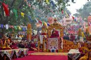 Его Святейшество Далай-лама и другие тибетские религиозные лидеры во время молебна у ступы Махабодхи. Бодхгая, Индия. 6 января 2012. Фото: Тензин Чойджор (офис ЕСДЛ)