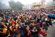 Некоторые из более чем 200 тысяч паломников смотрят трансляцию ритуалов посвящения Калачакры на больших экранах у ступы Махабодхи. Бодхгая, Индия. 6 января 2012. Фото: Тензин Чойджор (офис ЕСДЛ)