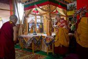 Его Святейшество Далай-лама и монахи монастыря Намгьял выполняют религиозные ритуалы у песочной мандалы Калачакры. Бодхгая, Индия. 6 января 2012. Фото: Тензин Чойджор (офис ЕСДЛ)