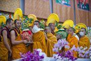 Монахи с церемониальными сосудами во время посвящения Калачакры. Бодхгая, Индия. 9 января 2012. Фото: Тенизн Чойджор (офис ЕСДЛ)