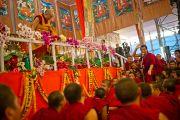 Его Святейшество Далай-лама наблюдает за философским диспутом монахов в перерыве во время посвящения Калачакры. Бодхгая, Индия. 8 января 2012. Фото: Тенизн Чойджор (офис ЕСДЛ)