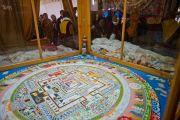 Участники посвящения осматривают завершенную песочную мандалу Калачакры. Бодхгая, Индия. 10 января 2012. Фото: Тенизн Чойджор (офис ЕСДЛ)